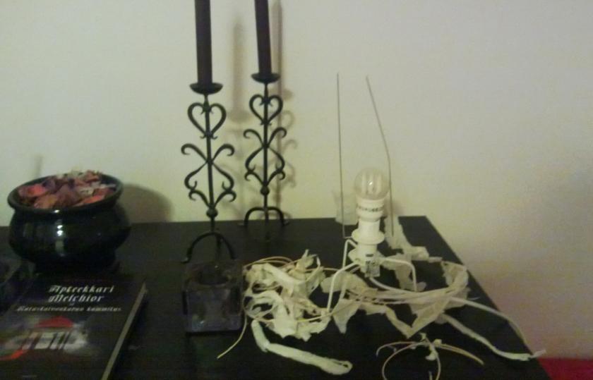 Sisustussuunnittelija Turon mielestä Ikean tylsä lamppu vaati pientä tuunausta.